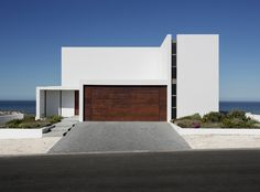 Pearl Bay Residence was designed by Gavin Maddock Design Studio as a holiday home which the client would eventually retire to.Located inYzerfontein,90km from Cape Town, South Africa, it is surrounded by the magnificent landscape of ocean views and coastal dunes.