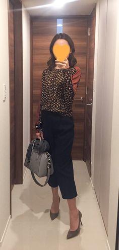 Leopard top: Sisley, Navy pants: Ballsey, Grey bag: GIVENCHY, Beige pumps: Jimmy Choo