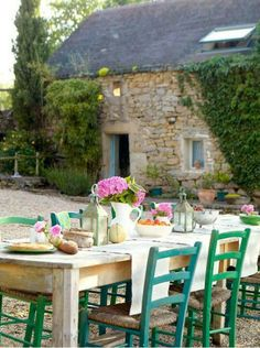 Petit goûter en Provence Different vibe than the terrace by the ocean, yet it very much resonates with me - warmth, fresh, texture, simple yet sensual. Like the color od the doors on the home, the pebble ground, and the home's exterior facade   Like the lanterns on the table.