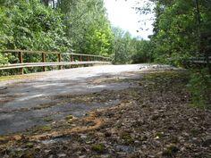 Gamla R60, smal bro över järnväg nv om avfart Nora på R68/R50.
