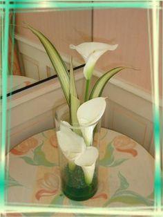Blog de anniegau35 - Page 65 Cala Lilies, Calla Lily, Christmas Candle Decorations, Wedding Decorations, Arums, Flower Arrangements Simple, Arte Floral, Ikebana, Weeding