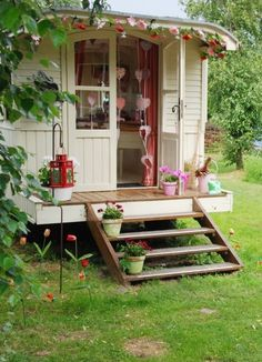 Oh man, I need to get her some flower lights for the front porch of her cottage. She will flip out - very fairy like glamping FINAL DE SEMANA. Glamping, Tiny House, Gypsy Wagon, She Sheds, Flower Lights, Little Houses, Play Houses, Home And Garden, Front Porch
