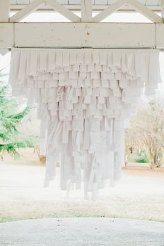 love this rolled paper backdrop for the outdoor ceremony