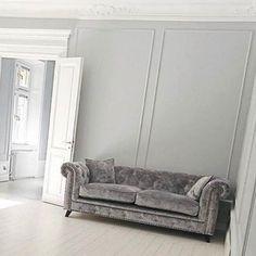 Grå Buffeln chesterfield sammetssoffa. Soffa, sammet, silver, djuphäftad, möbler, inredning, möbel, vardagsrum, nitar, sekelskift.