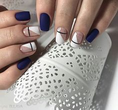 False nails have the advantage of offering a manicure worthy of the most advanced backstage and to hold longer than a simple nail polish. The problem is how to remove them without damaging your nails. Blue And White Nails, White Nail Art, Navy Blue Nails, Black Nail, White Nail Designs, Nail Art Designs, Gel Manicure Designs, Creative Nail Designs, Manicure Ideas