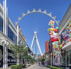 Just when you thought the Las Vegas Strip couldn't get any more dazzling, think again. An outdoor retail, dining and entertainment plaza, The LINQ Promenade offers several different experiences all in one place at the heart of the Las Vegas Strip. #Vegas