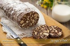 Salame di cioccolato senza uovaIngredienti 200-220 g di biscotti secchi tipo oro saiwa 130-150 g di burro 80 g di cioccolato fondente 50 g di cacao amaro 70 g di zucchero fine ( se preferite più dolce aumentate a 100) 80 g di nocciole sgusciate 3 cucchiai di latte e caffè non zuccherato ( per i più piccoli omettete il caffè) 1 cucchiaio di rum o aroma a piacere tipo vaniglia