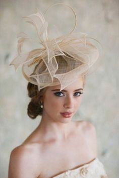 http://i.weddingomania.com/20-gorgeous-bridal-hats-to-get-inspired-4-500x750.jpg adresinden görsel.
