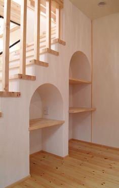 階段下収納のおしゃれなアイディアをまとめました。ハリーポッターに代表される階段下のスペース。収納やデスクなどとして使える、広々とした空間がひろがっているお宅もあるようです。そこで今回は、階段下についてご紹介します。収納術や活用法を見て、リフォームや新築などの参考にしていただけると嬉しいです。そのまま壁にしてしまってはとてももったいない、活用すべき場所です。