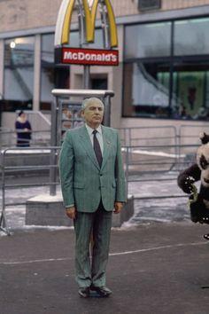 1991. Михаил Горбачев в виде фотографического образа возле Макдоналдса