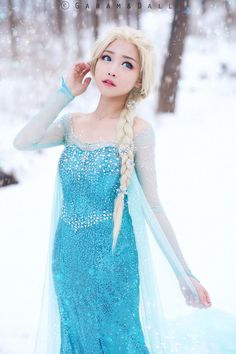 geek with curves: Transforming Elsa Costume Photo Series Cosplay Kawaii, Cute Cosplay, Amazing Cosplay, Cosplay Outfits, Cosplay Girls, Cosplay Costumes, Cosplay Ideas, Costume Ideas, Elsa Cosplay