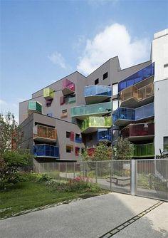 """Многоквартирный дом """"Сеген"""" (Seguin) с разноцветными балконами, Булонь-Бийанкур, Франция"""