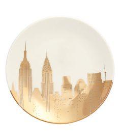 Hvit/New York. Et lite fat i porselen med trykt, metallicskimrende motiv. Diameter ca 15 cm.