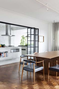 A design house, with midcentury touches, in Sao Paulo - Home Design & Interior Ideas Best Interior, Kitchen Interior, Interior Design, Interior Doors, Küchen Design, House Design, Glass Room Divider, Sliding Room Dividers, Sliding Doors