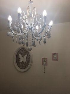 il lampadario shabby e il quadro in pizzo