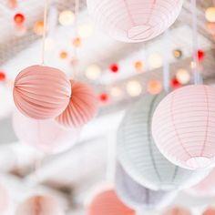Rosige Aussichten fürs Wochenende! Lieben Dank @elementsdeliundrestaurant @weddingindresden @weddingbliss_mm & @marlenmieth für dieses wundervolle Bild! #goodmoods #restaurant #dresden #rose #pink #decoration #decor #lights #lampignons #colors #summer #wedding #weddingday #clolorful #city #life #pastel #grey #white