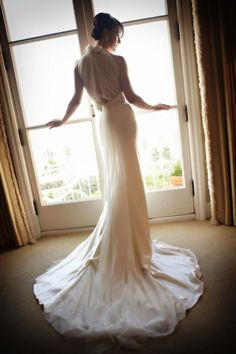 Νυφικά που αγκαλιάζουν το σώμα/ Slim Wedding Dresses http://www.jenny.gr/slim-wedding-dresses/