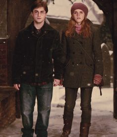 Harry Potter and Hermione Granger in Godrics Hollow. Harry Potter Tumblr, Harry James Potter, Harry Potter World, Estilo Harry Potter, Arte Do Harry Potter, Harry Potter Pictures, Harry Potter Universal, Harry Potter Characters, Harmony Harry Potter