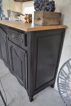 Superb black and rough patinated sideboard in solid walnut in patinas de Mé . Distressed Furniture Painting, Chalk Paint Furniture, Furniture Makeover, Home Furniture, Furniture Design, Furniture Ideas, Muebles Living, Recycled Furniture, Shabby Chic Furniture