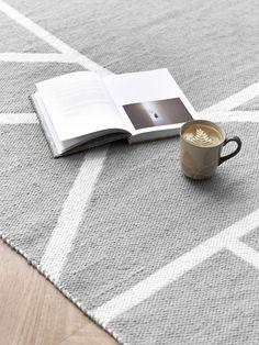 Zone alfombra | Zone, una original alfombra de lana con dibujos geométricos, para conseguir espacios más acogedores y con personalidad. ¡Quedará genial en el salón junto a tu sofá!   Disponible en 2 tamaños: · 160x240 cm · 200x300 cm  Cuidados Esta alfombra ha sido elaborada a mano por artesanos y deber ser limpiada a mano. No se aconseja lavar el producto en ningún tipo de lavadora ni mediante lavado en seco. Textiles, Contemporary, Rugs, Leo, Home Decor, Wool Rugs, Geometric Drawing, Cozy, Flooring