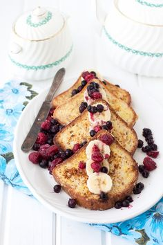 Simple, delicious French Toasts with maple syrup and fresh fruits! Serve these during the week-end for Brunch.