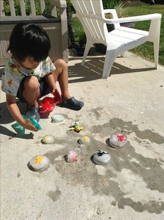 Easy science experiment for kids--freeze toys in ice. Give kids spray bottles with warm water to melt the ice. Fun summer activity for toddlers.