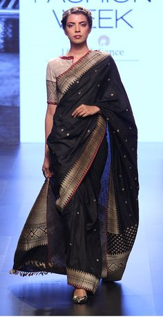 Black And Sliver Saree With Simple Boat Neck Blouse Indian Attire, Indian Ethnic Wear, Indian Outfits, Black Saree Blouse, White Saree, Modern Saree, Stylish Blouse Design, Blouse Designs Silk, Saree Trends