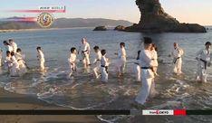 Crianças praticam karatê no mar, em evento de Ano Novo. Crianças, no sudoeste do Japão, enfrentaram o frio do mar para sua primeira prática de karatê do ano.