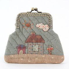 by Kato Reiko. I love how simple this little coin purse is. Japanese Patchwork, Japanese Bag, Japanese Quilts, Patchwork Bags, Quilted Bag, How To Make Purses, Frame Purse, Patch Quilt, Fabric Bags