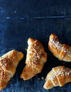 Suolaiset juustosarvet ja makeat luumusarvet | Meillä kotona Hot Dog Buns, Hot Dogs, Baking, Desserts, Foods, Koti, Drinks, Disney, Bread Making