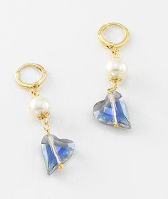 Aretes con 4 baños de oro de 18 kilates, perlas y piedras de cristal.