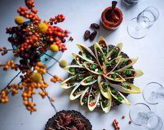 Taatelitoffee se on herkkua! Gochujang-taatelitoffeella sivellyt ja karkkipossulla/tofulla täytetyt endiivit sopivat hienosti vaikkapa pikkujoulupöytään.