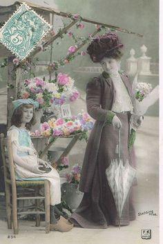 美しい帽子と衣装に身を包んだ貴婦人と花売りの少女が描かれたポストカード。モノクロの写真にほのかな色付けが施された幻想的な雰囲気です。ローズへ送られたカードです。フランスの蚤の市でセレクトしました。※経…