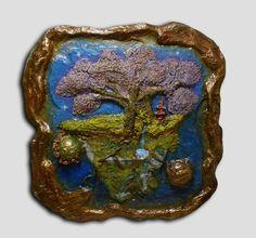Pieza de arte en alto relieve. Medidas: 70 x 70 cm +- Materiales: madera, pasta de modelar, papel, pintura acrílica. Estilo surrealista.