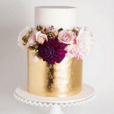 Wedding Cakes: Everything You Need to Know - Ideas, Tips & Pricing - Feier - Cake Design Metallic Cake, Metallic Wedding Cakes, Floral Wedding, Lace Wedding, Gold Foil Cake, Metallic Weddings, Gold Leaf Cakes, White And Gold Wedding Cake, Purple Wedding Cakes