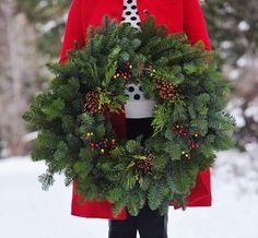 """クリスマスの楽しさは、その日を待ちわびる""""日々""""の中にあるもの。折角お祝いをするのなら、今のうちからリースを飾って大いに楽しみましょう。今記事では、フレッシュ(生木)リースの基本的な作り方を中心に、簡単なリースから、素敵なアレンジリースまで様々に紹介します。ぜひ参考にして、リース作りに挑戦して下さい。"""