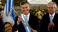 Cuánto duró la polémica entrega de la banda y el bastón presidencial a Macri - 10.12.2015 - LA NACION