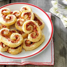 Prosciutto Pinwheels Recipe -Fancy-looking and filling, these sensational appetizers are a lot easier to make than they look. With just a few ingredients and our easy directions, it'll be a snap! Warm Appetizers, Appetizers For Party, Appetizer Recipes, Appetizer Buffet, Party Snacks, Gluten Free Puff Pastry, Pinwheel Recipes, Picnic Foods, Picnic Recipes