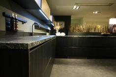 Deze moderne keuken heeft kastjes en lades in de kleur zwart. Dit zorgt voor een luxe en classy uitstraling. Daarnaast heeft de keuken een donker marmer werkblad met witte details. Hierdoor wordt het luxe effect van de keuken versterkt. Doe meer keukeninspiratie op en bezoek onze showroom met meer dan 60 keukenopstellingen in Oss. #kitchen #keuken #keukeninspiratie #kitcheninspiration #donkerekeuken #designkeuken #designkitchen #zwartekeuken #modernekeuken #hoekkeuken Kitchen Island, Modern, Design, Home Decor, Island Kitchen, Trendy Tree, Decoration Home, Room Decor