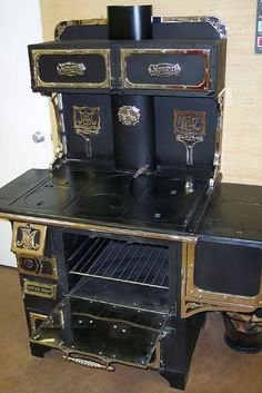 Had one of these in my kitchen years ago. Had to burn a fire in summer and winter because it was hooked up to my hot water tank. Antique Kitchen Stoves, Antique Wood Stove, How To Antique Wood, Old Wood, Vintage Wood, Vintage Kitchen, Wood Burning Cook Stove, Wood Stove Cooking, Antique Cast Iron Stove