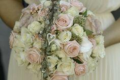 Brudebukett – hvite, rosa og lilla roser, heng av hjerteranke