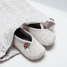 For baby Henry Kids Clothing Rack, Zara Mini, Cute Slippers, Cute Baby Shoes, Baby Sewing Projects, Crochet Shoes, Baby Boots, Doll Shoes, Baby Prints