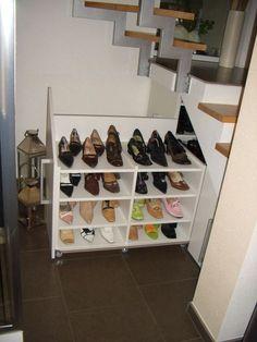 Stauraum schaffen - Schuhschrank unter der Treppe eingebaut und hier geoeffnet