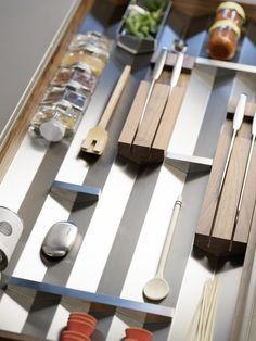 bulthaup - b3 keuken - prismastructuur - de prisma's plaatst u in de lades, waar ze voor overzicht zorgen. Alle items zijn makkelijk toegankelijk, zowel voor rechts- als linkshandigen. Dankzij de functionele prisma's kunt u accessoires en keukengerei exact positioneren. De spullen kunnen niet verschuiven - ook niet als u de lades een keer iets te hard open of dicht doet. Uzelf bepaalt de indeling van de lades – naar thema of op gevoel