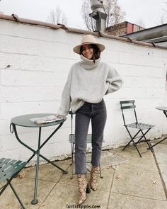 light heather grey knit sweater paired with a faded black denim jean and tan snake skin booties with a tan fedora Winter Looks, Fall Looks, Winter Style, Looks Style, Looks Cool, My Style, Fall Winter Outfits, Autumn Winter Fashion, Look Fashion