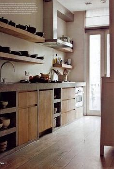 More nice shelving - could I control myself and keep it uncluttered… Rustic Kitchen, Kitchen Decor, Nice Kitchen, Open Kitchen, Küchen Design, House Design, Concrete Kitchen, Beautiful Kitchens, Kitchen Interior
