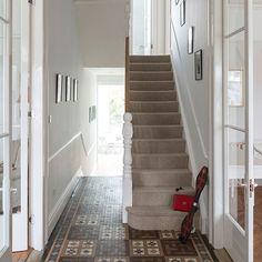 Flur Diele Wohnideen Möbel Dekoration Decoration Living Idea Interiors home corridor - Ein weißer Flur mit Fliesenboden