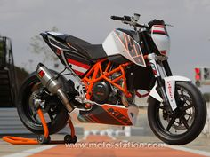 KTM has developed a special racing edition of its powerful Duke 690 and given life to the KTM European Junior Cup. Learn more about the new 690 Duke Track at Cycle World now. Ktm Supermoto, Scrambler, Ktm 690, Dyna Low Rider, Triumph Bobber, V Rod, Mv Agusta, Royal Enfield, Maserati