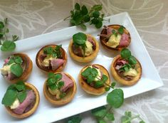 Wedding Canapé Idea: Roast beef and yorkshire pudding canapés Yorkshire Pudding Canapes, Mini Yorkshire Puddings, Wedding Canapes, Wedding Appetizers, Self Service, Ginger Snap Cookies, Angus Beef, Party Finger Foods, Finger Foods