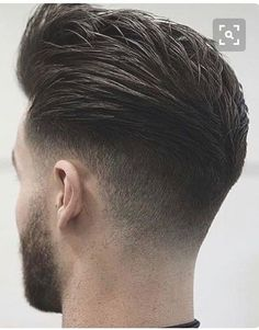 There are many great hairstyles for men with wavy hair. Men with wavy hair even have an elegant volume and Trendy Mens Haircuts, Cool Hairstyles For Men, Cool Haircuts, Hairstyles Haircuts, Classic Mens Hairstyles, Barber Haircuts, Popular Haircuts, Wedding Hairstyles, Hair And Beard Styles